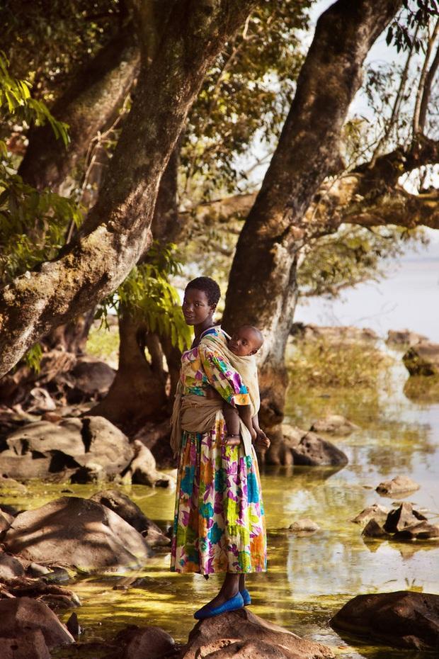 Chu du 50 quốc gia, nữ nhiếp ảnh gia có được loạt khoảnh khắc tuyệt vời về tình mẫu tử khắp nơi trên thế giới - Ảnh 5.