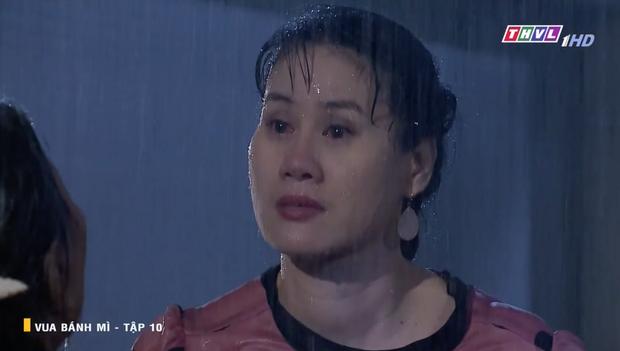 Vua Bánh Mì bản Việt tập 10: Phát hiện con dâu ngoại tình, mẹ chồng bị xô ngã đập đầu, bỏ mặc ngoài mưa suốt đêm - Ảnh 4.
