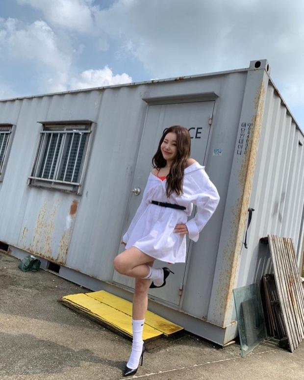 Đụng hàng với Jennie, idol xấu nhất lịch sử JooE sợ hở diện thêm phụ tùng sến và kém sang hơn hẳn - Ảnh 3.
