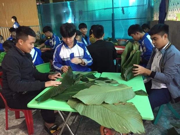 Học sinh cấp 3 Nghệ An dùng kinh phí tổ chức 20/10, thức thâu đêm gói bánh chưng ủng hộ bà con vùng lũ miền Trung - Ảnh 1.