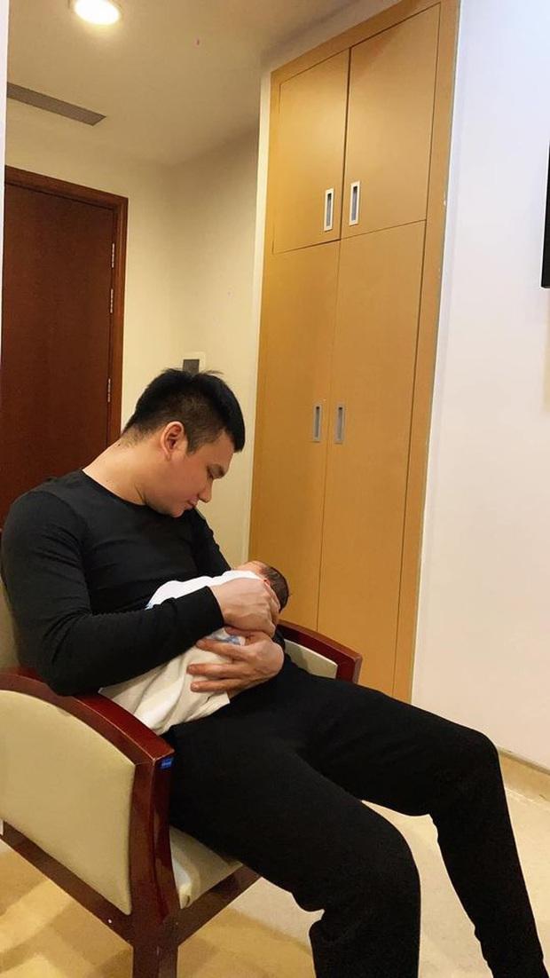 Khắc Việt lần đầu khoe ảnh ái nữ đầu lòng mới sinh nhân dịp 20/10, còn tiết lộ luôn tên thân mật của bé - Ảnh 2.