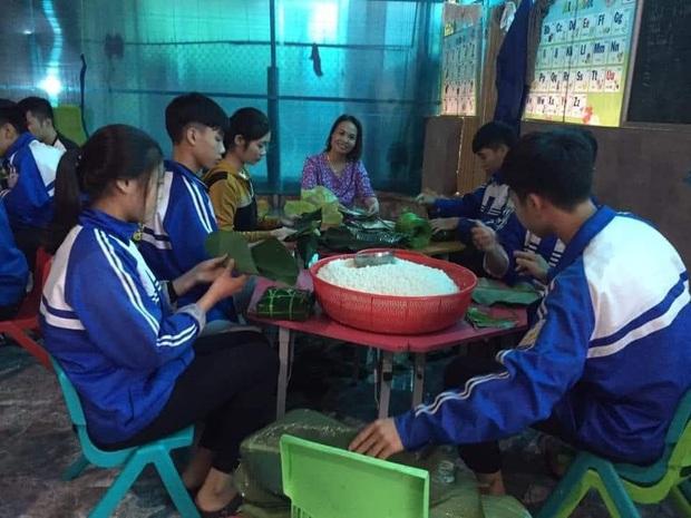 Học sinh cấp 3 Nghệ An dùng kinh phí tổ chức 20/10, thức thâu đêm gói bánh chưng ủng hộ bà con vùng lũ miền Trung - Ảnh 2.