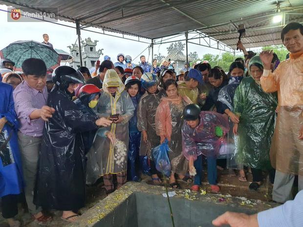 Hàng trăm người dân đội mưa đến tiễn đưa Chủ tịch huyện hy sinh ở Rào Trăng 3 về đất mẹ - Ảnh 6.