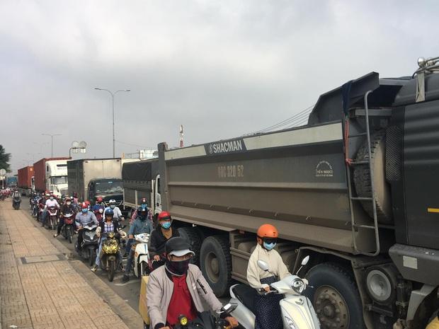 TP.HCM: Dầu nhớt tràn ra đường sau khi xe container ủi dải phân cách, nhiều người trượt ngã - Ảnh 3.