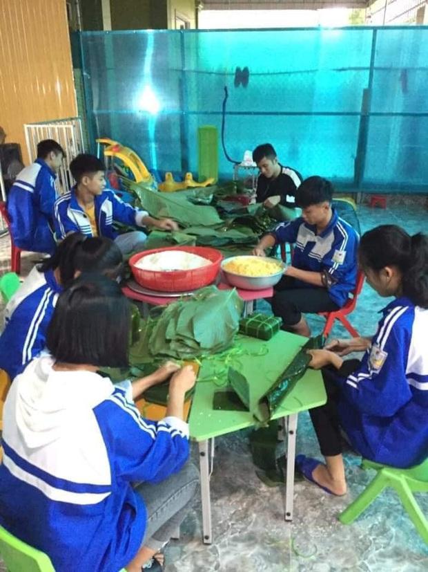 Học sinh cấp 3 Nghệ An dùng kinh phí tổ chức 20/10, thức thâu đêm gói bánh chưng ủng hộ bà con vùng lũ miền Trung - Ảnh 3.