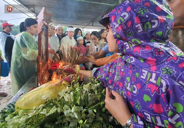 Hàng trăm người dân đội mưa đến tiễn đưa Chủ tịch huyện hy sinh ở Rào Trăng 3 về đất mẹ - Ảnh 5.