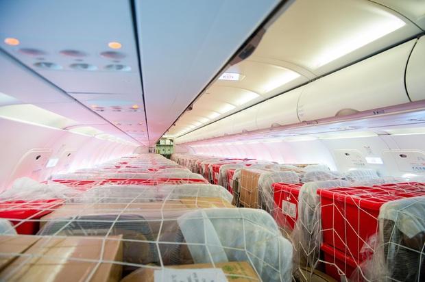 Đội mưa tiếp nhận 6 tấn hàng hóa của TW hội chữ thập đỏ Việt Nam vận chuyển bằng máy bay từ Hà Nội vào Quảng Bình - Ảnh 4.