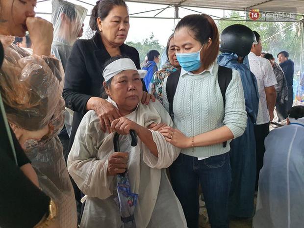 Hàng trăm người dân đội mưa đến tiễn đưa Chủ tịch huyện hy sinh ở Rào Trăng 3 về đất mẹ - Ảnh 2.