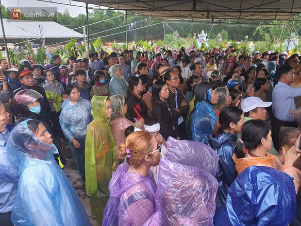 Hàng trăm người dân đội mưa đến tiễn đưa Chủ tịch huyện hy sinh ở Rào Trăng 3 về đất mẹ - Ảnh 4.