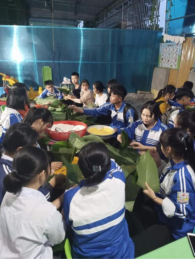 Học sinh cấp 3 Nghệ An dùng kinh phí tổ chức 20/10, thức thâu đêm gói bánh chưng ủng hộ bà con vùng lũ miền Trung - Ảnh 4.