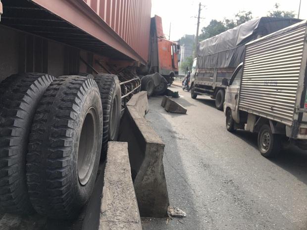 TP.HCM: Dầu nhớt tràn ra đường sau khi xe container ủi dải phân cách, nhiều người trượt ngã - Ảnh 2.