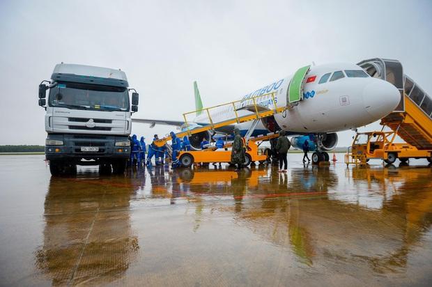 Đội mưa tiếp nhận 6 tấn hàng hóa của TW hội chữ thập đỏ Việt Nam vận chuyển bằng máy bay từ Hà Nội vào Quảng Bình - Ảnh 7.