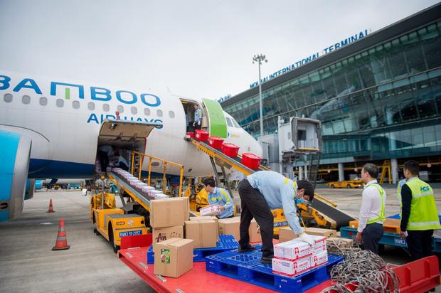 Đội mưa tiếp nhận 6 tấn hàng hóa của TW hội chữ thập đỏ Việt Nam vận chuyển bằng máy bay từ Hà Nội vào Quảng Bình - Ảnh 2.