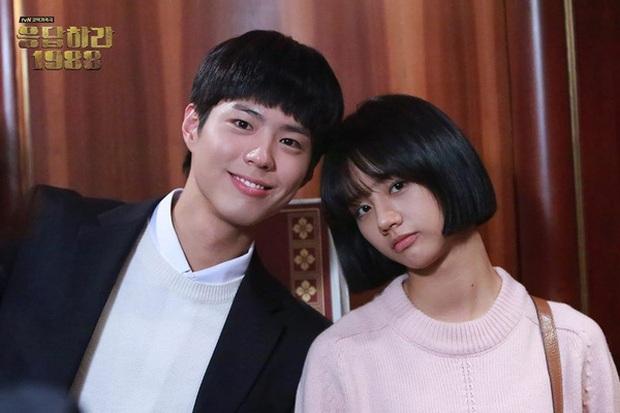 Cặp đôi Reply 1988 tái ngộ, netizen đào lại khoảnh khắc Hyeri tình tứ với Park Bo Gum trước mặt bạn trai xịn Ryu Jun Yeol - Ảnh 8.