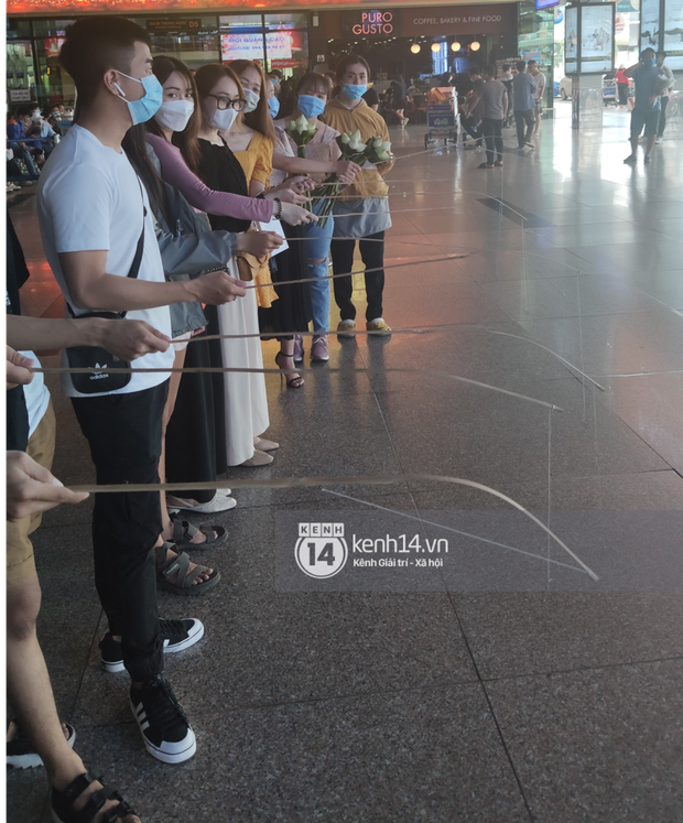 Thuỷ Tiên đã đáp chuyến bay về TP.HCM chiều nay sau 6 ngày cứu trợ, fan chờ đón từ sớm tại sân bay - Ảnh 8.