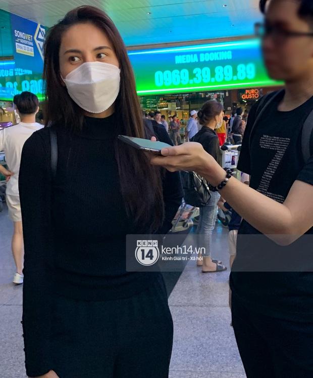 Thuỷ Tiên đã đáp chuyến bay về TP.HCM chiều nay sau 6 ngày cứu trợ, fan chờ đón từ sớm tại sân bay - Ảnh 4.