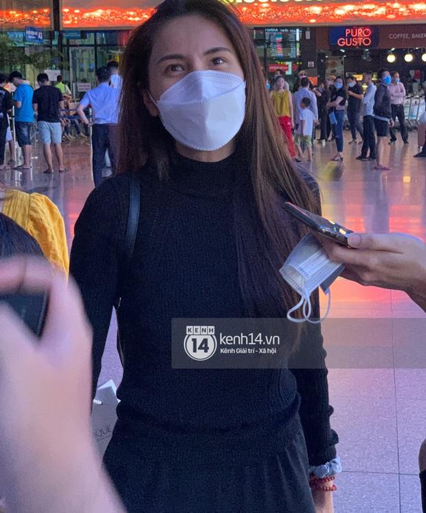 Thuỷ Tiên đã đáp chuyến bay về TP.HCM chiều nay sau 6 ngày cứu trợ, fan chờ đón từ sớm tại sân bay - Ảnh 3.