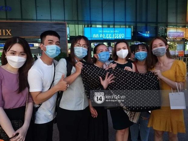 Thuỷ Tiên đã đáp chuyến bay về TP.HCM chiều nay sau 6 ngày cứu trợ, fan chờ đón từ sớm tại sân bay - Ảnh 7.