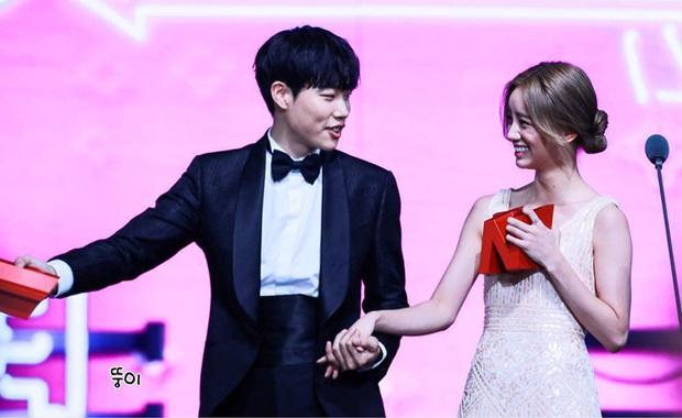 Cặp đôi Reply 1988 tái ngộ, netizen đào lại khoảnh khắc Hyeri tình tứ với Park Bo Gum trước mặt bạn trai xịn Ryu Jun Yeol - Ảnh 9.