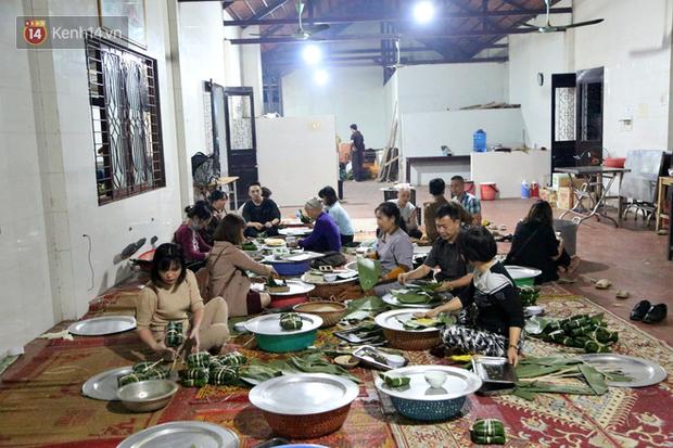 Người Hà Nội tập trung tại chùa, trắng đêm nấu bánh chưng gửi đến đồng bào miền Trung  - Ảnh 1.