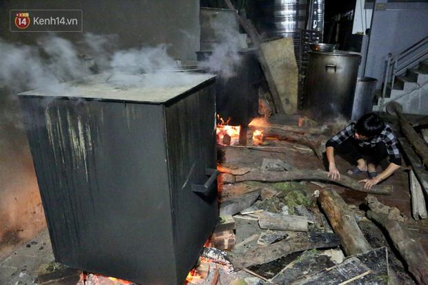 Người Hà Nội tập trung tại chùa, trắng đêm nấu bánh chưng gửi đến đồng bào miền Trung  - Ảnh 16.