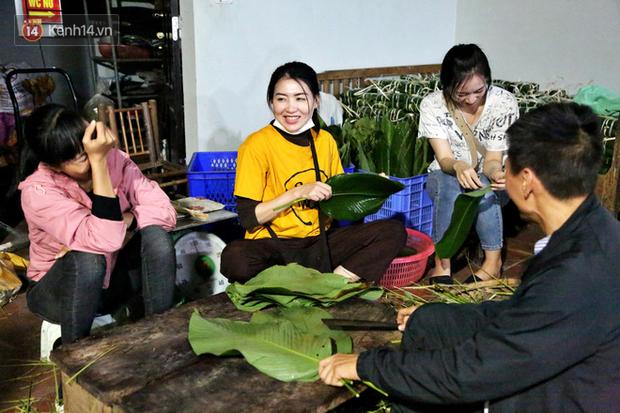 Người Hà Nội tập trung tại chùa, trắng đêm nấu bánh chưng gửi đến đồng bào miền Trung  - Ảnh 2.