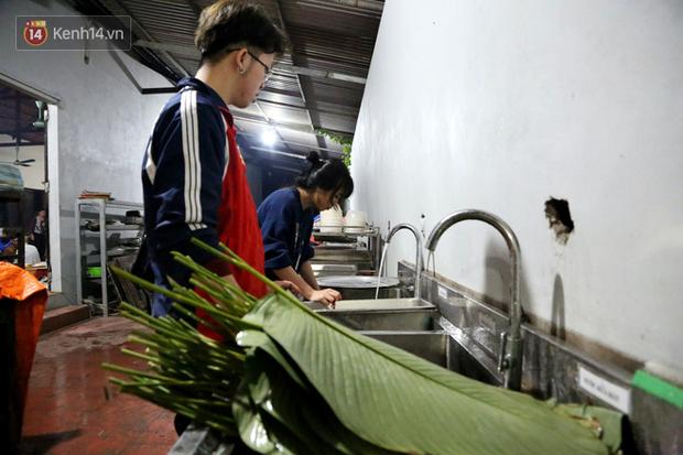 Người Hà Nội tập trung tại chùa, trắng đêm nấu bánh chưng gửi đến đồng bào miền Trung  - Ảnh 6.