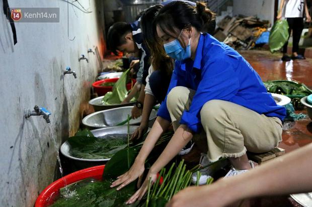 Người Hà Nội tập trung tại chùa, trắng đêm nấu bánh chưng gửi đến đồng bào miền Trung  - Ảnh 7.