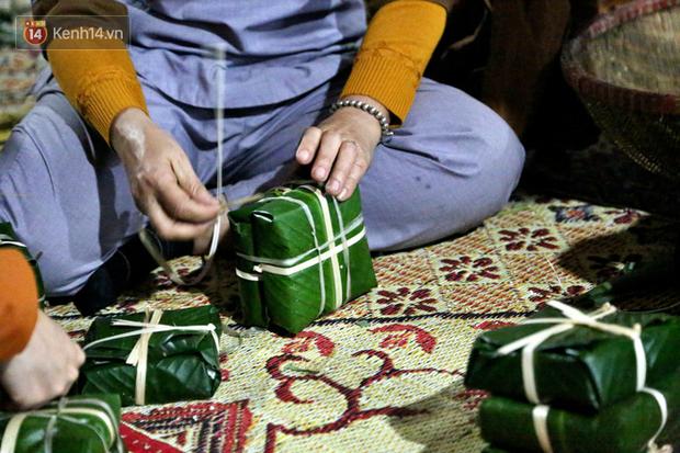 Người Hà Nội tập trung tại chùa, trắng đêm nấu bánh chưng gửi đến đồng bào miền Trung  - Ảnh 13.