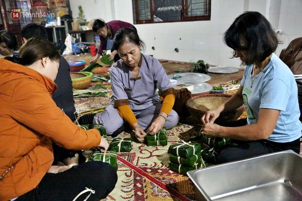 Người Hà Nội tập trung tại chùa, trắng đêm nấu bánh chưng gửi đến đồng bào miền Trung  - Ảnh 11.