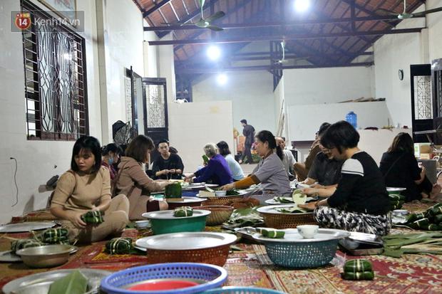 Người Hà Nội tập trung tại chùa, trắng đêm nấu bánh chưng gửi đến đồng bào miền Trung  - Ảnh 8.