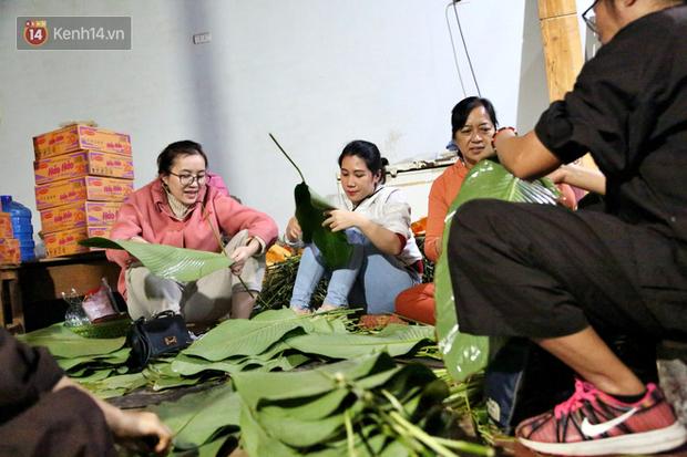 Người Hà Nội tập trung tại chùa, trắng đêm nấu bánh chưng gửi đến đồng bào miền Trung  - Ảnh 3.