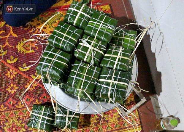 Người Hà Nội tập trung tại chùa, trắng đêm nấu bánh chưng gửi đến đồng bào miền Trung  - Ảnh 14.