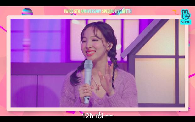 Tròn 5 năm debut, TWICE mở buổi live đặc biệt: Jeongyeon vắng mặt, các thành viên không ngại spoil ca khúc mới khiến fan sướng rơn - Ảnh 75.