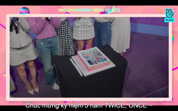 Tròn 5 năm debut, TWICE mở buổi live đặc biệt: Jeongyeon vắng mặt, các thành viên không ngại spoil ca khúc mới khiến fan sướng rơn - Ảnh 91.