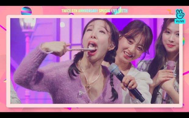 Tròn 5 năm debut, TWICE mở buổi live đặc biệt: Jeongyeon vắng mặt, các thành viên không ngại spoil ca khúc mới khiến fan sướng rơn - Ảnh 101.