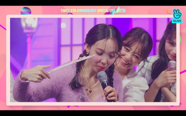 Tròn 5 năm debut, TWICE mở buổi live đặc biệt: Jeongyeon vắng mặt, các thành viên không ngại spoil ca khúc mới khiến fan sướng rơn - Ảnh 103.