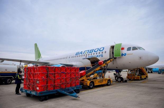 Đội mưa tiếp nhận 6 tấn hàng hóa của TW hội chữ thập đỏ Việt Nam vận chuyển bằng máy bay từ Hà Nội vào Quảng Bình - Ảnh 1.