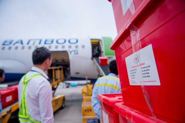 Đội mưa tiếp nhận 6 tấn hàng hóa của TW hội chữ thập đỏ Việt Nam vận chuyển bằng máy bay từ Hà Nội vào Quảng Bình - Ảnh 3.