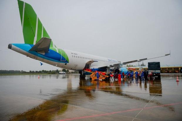 Đội mưa tiếp nhận 6 tấn hàng hóa của TW hội chữ thập đỏ Việt Nam vận chuyển bằng máy bay từ Hà Nội vào Quảng Bình - Ảnh 5.