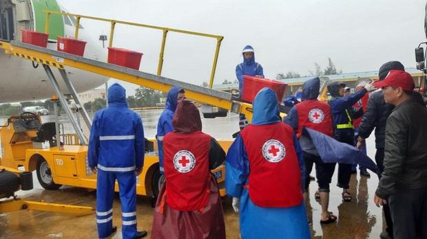 Đội mưa tiếp nhận 6 tấn hàng hóa của TW hội chữ thập đỏ Việt Nam vận chuyển bằng máy bay từ Hà Nội vào Quảng Bình - Ảnh 6.