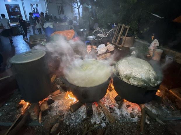 Hà Nội: Người dân La Phù thức thâu đêm nấu hàng nghìn chiếc bánh chưng gửi đồng bào miền Trung chống lũ - Ảnh 1.