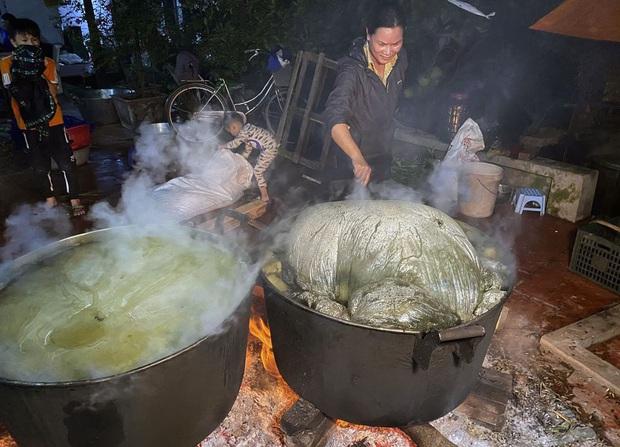 Hà Nội: Người dân La Phù thức thâu đêm nấu hàng nghìn chiếc bánh chưng gửi đồng bào miền Trung chống lũ - Ảnh 10.