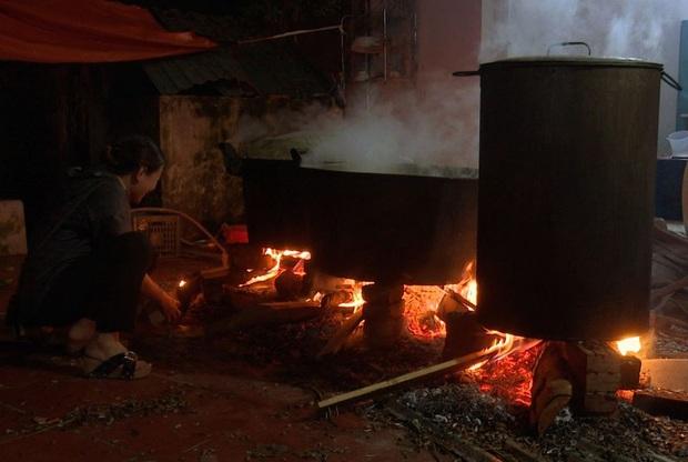 Hà Nội: Người dân La Phù thức thâu đêm nấu hàng nghìn chiếc bánh chưng gửi đồng bào miền Trung chống lũ - Ảnh 2.