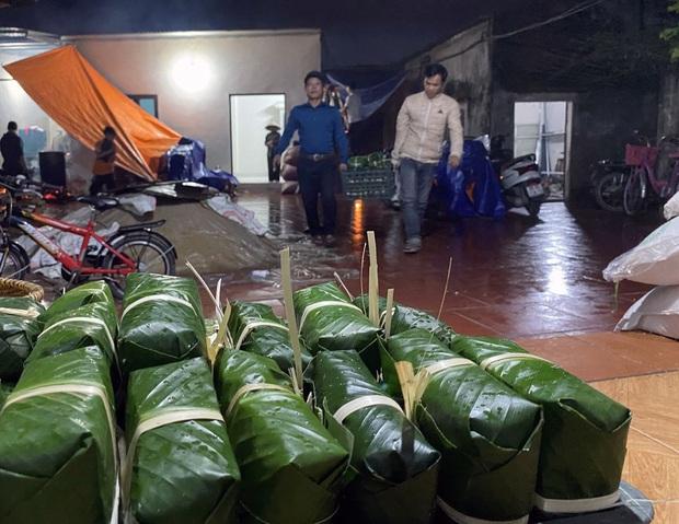 Hà Nội: Người dân La Phù thức thâu đêm nấu hàng nghìn chiếc bánh chưng gửi đồng bào miền Trung chống lũ - Ảnh 6.