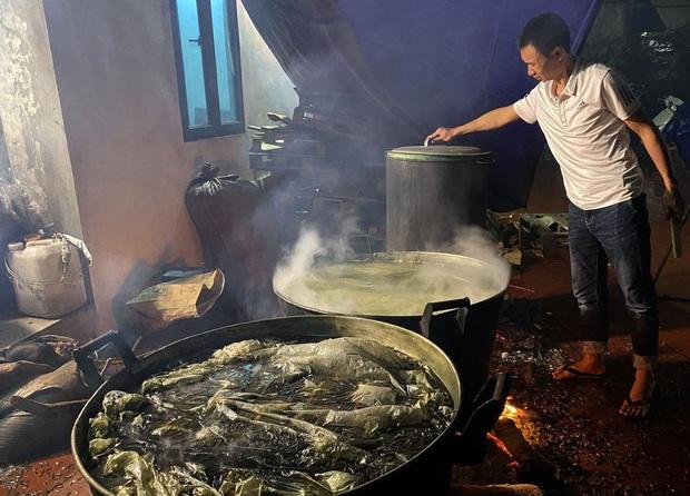 Hà Nội: Người dân La Phù thức thâu đêm nấu hàng nghìn chiếc bánh chưng gửi đồng bào miền Trung chống lũ - Ảnh 7.