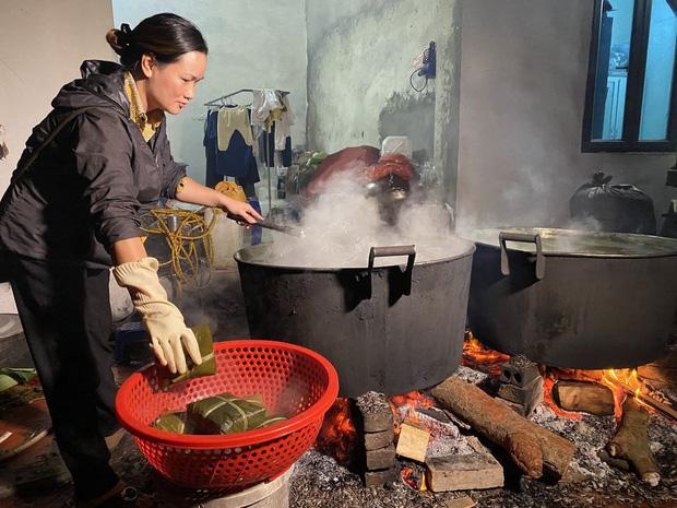 Hà Nội: Người dân La Phù thức thâu đêm nấu hàng nghìn chiếc bánh chưng gửi đồng bào miền Trung chống lũ - Ảnh 8.