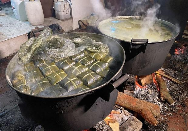 Hà Nội: Người dân La Phù thức thâu đêm nấu hàng nghìn chiếc bánh chưng gửi đồng bào miền Trung chống lũ - Ảnh 9.