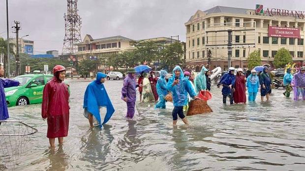 TP. Hà Tĩnh biến thành sông, người dân đổ xô ra đường bắt cá - Ảnh 1.