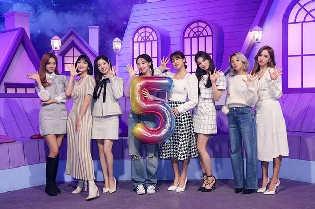 TWICE hát ca khúc mới trong album tặng fan dịp 5 năm debut nhưng lại bị netizen chê live dở, nghe thôi mà cũng thấy... hồi hộp - Ảnh 1.